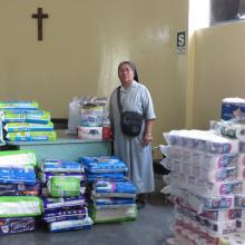 Regionaloberin Schwester Lucia mit Hilfsgütern, die vom Regionalhaus aus verteilt werden