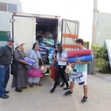 Freiwillige Helfer bei der Verteilung von Hilfsgütern.- Der Herr links hat sich mit seinem LKW zur Verfügung gestellt.