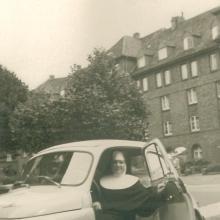 Schwester Zoe als ambulante Krankenschwester mit Auto (um 1965)