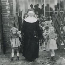 Schwester Edeltraud bei der Einweihung des neuen Kindergartens im St. Willehadstift in Bremerhaven (1952)