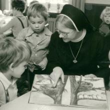 Schwester Makaria im Kindergarten (um 1980)