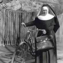 Schwester mit Fahrrrad (um 1940)