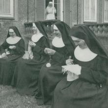 Schwester beim Handarbeiten in der Freiheit (um 1960)