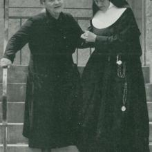 Altenpflege: Schwester mit Altenheim-Bewohnerin (etwa 1965)