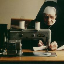 Schwester Fabiola im Nähzimmer (1985)