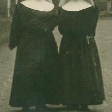 Zwei Schwestern (etwa 1930)